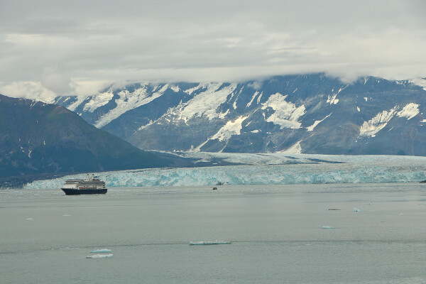 cruise ship viewing hubbard glacier yakutat bay alaska